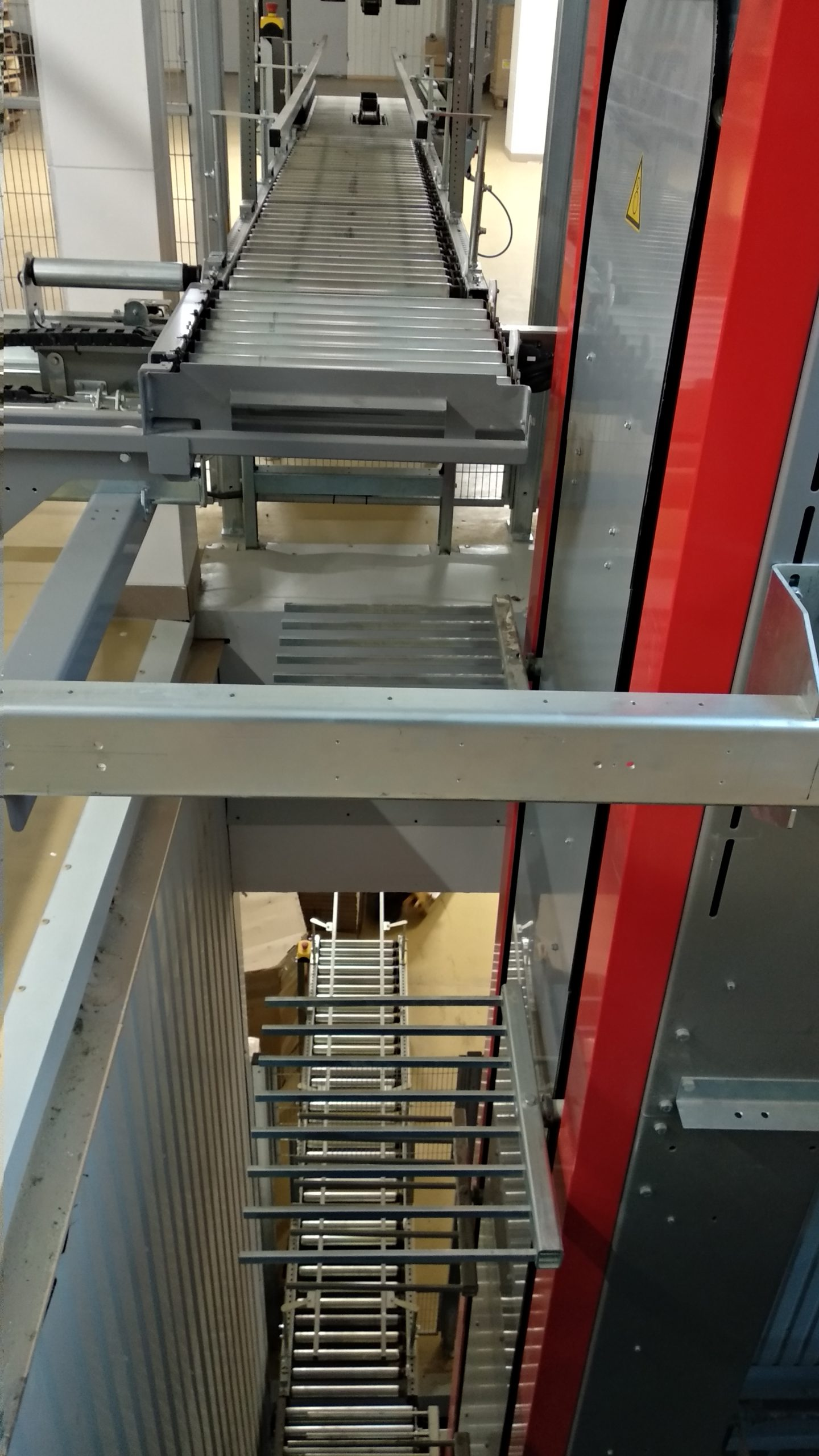 Vertical conveyor for boxes - 14 - kapelou.com